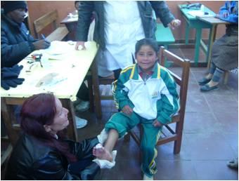 Una niña accidentada en una mina recibe atención médica por parte de los médicos cubanos.