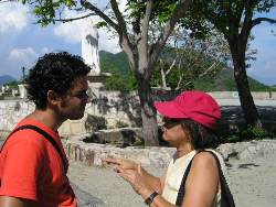 La directora Rebeca Chávez y el asistente Carlos Barba, en El Cobre, Santiago de Cuba durante el rodaje.