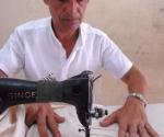 Fidel Díaz Gutiérrez, artesano del Fondo Cubano de Bienes Culturales, en el proceso de elaboración de la guayabera gigante, en la provincia Sancti Spíritus, el 20 de julio de 2009. AIN FOTO/Oscar ALFONSO SOSA
