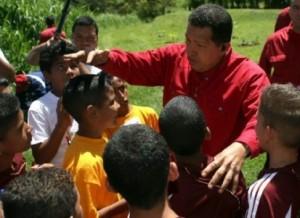 Hugo Chávez con niños y niñas