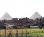 Una hiperurbanización asfixia a la mayor metrópoli árabe y africana, a punto de rodear a las mismísimas pirámides de Giza, a unos 20 km al suroeste de El Cairo.