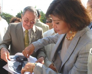 Mona Nasser, hija de líder egipcio Gamal Abdel Nasser, recibe varias fotos del encuentro de Raúl con su padre 49 años antes.