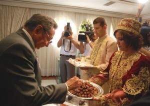 Argelia ofreció la bienvenida a Raúl con su tradicional ceremonia para los visitantes: frutas secas y leche.