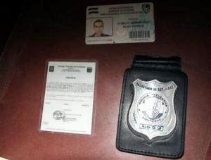 Placas identificatorias del agente de la DNIC (Dirección Nacional de Investigación Criminal) detenido durante el sepelio del joven albañil Pedro Magdiel Muñoz Salvador.