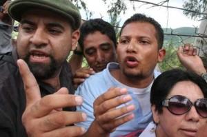 Agentes de la DNIC rodeados por los asistentes sepelio del joven albañil Pedro Magdiel Muñoz Salvador.