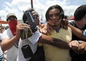 jovenes-exhiben-la-pistola-honduras-policia