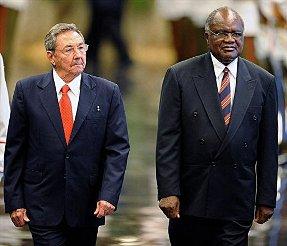Raúl y Hifikepunye Lucas Pohamba en La Habana, en febrero. (Foto: AFP, Archivo)