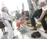 Martillazos a los discos y candela a una camisa negra en plena calle, acciones organizadas por un grupo extremista de Miami contra Juanes. (Foto: EFE)
