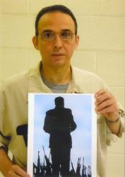 Antonio Guerrero muestra el dibujo El Gigante
