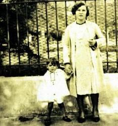 Carmen Arias, con el Che de la mano, en una imagen de los años treinta.
