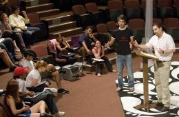 """El profesor asistente Seth Panitch en la Universidad de Alabama, derecha, ensaya el viernes 31 de julio del 2009, con un grupo de actores cubanos y estadounidenses, una versión en español de """"Sueño de una noche de verano"""" que estrenarán el jueves 6 de agosto en el recinto universitario en la ciudad de Tuscaloosa. (Foto AP)"""