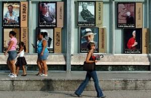 Fotografía superior: transeúntes caminan mientras cientos de personas compran libros en puestos callejeros ubicados en la céntrica Calle 23 de La Habana, Cuba, como parte del proyecto ''La noche de los libros''. (Alejandro Ernesto/EFE).