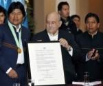 El mandatario agradeció el gesto y se lo dedicó a los movimientos indígenas y campesinos. Foto/AFP.
