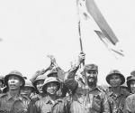 Fidel en Hanoi junto a un grupo de combatientes vietnamitas en 1973. (Foto: Estudios Revolución)