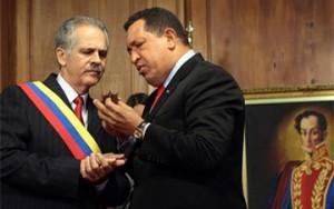 Germán Sánche Otero recibe de manos del Presidente Chávez la Orden El Libertador. (Foto: Prensa Presidencial, Venezuela)