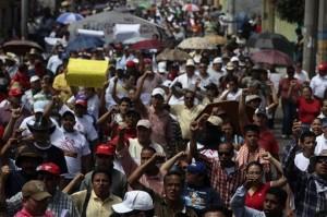 Foto de archivo de fecha 02 de julio de 2009 en la que simpatizantes del derrocado presidente de Honduras Manuel Zelaya protestan para exigir su regreso al poder en Tegucigalpa.