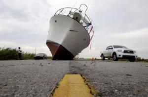 Los vientos arrastraron esta embarcación desde el mar hasta el centro de Gerona, la capital de la Isla de la Juventud.