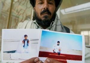 Un familiar de Mohamad Jawad muestras fotas del momento de la captura del adolescente por tropas norteamericanas en Afganistán.
