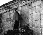 Martin Sheen, en 1970, ante la casa natal de su padre, en Parderrubias.