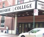 El Monroe College no le suministró a Trina Thompson la  consultoría profesional que había prometido, dejándola sola en  la búsqueda de un empleo.