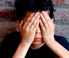 Niños con manos en la cara, violencia