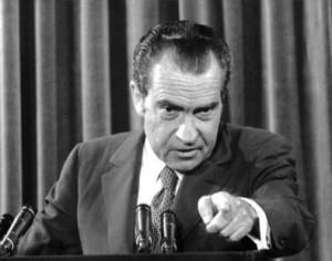 El presidente estadounidense Richard Nixon señala a un periodista durante una rueda de prensa en Washington. (Foto: AFP)