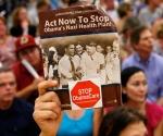 Un manifestante contra la reforma sanitaria muestra una foto de Barack Obama junto a Adolf Hitler, el martes en Reston, Virginia.- AFP