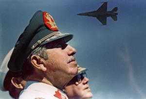 Santiago de Chile, 1988. Pinochet mira maniobras de aviones de combate F-16. Gran parte de su riqueza provenía de adquisiciones militares.