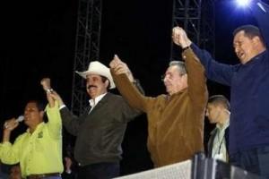 Celebración en el Estadio Atahualpa: Rafael Correa, Manuel Zelaya, Raúl Castro y Hugo Chávez. (Foto: Reuters)