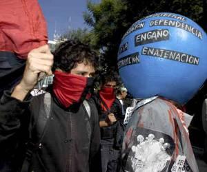 Los manifestantes también reclamaron al gobierno estadounidense la regularización de millones de mexicanos que trabajan en ese país. Foto: Reuters