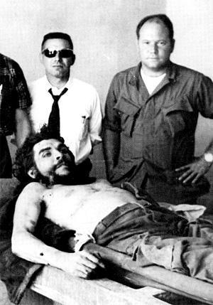 Gustavo Villoldo (a la derecha) junto al asesinado Ernesto Che Guevara. Villoldo fue uno de los oficiales de la CIA enviados, junto a Félix Rodríguez, para participar en la operación.