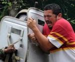 Represión contra un simpatizante de Manuel Zelaya.