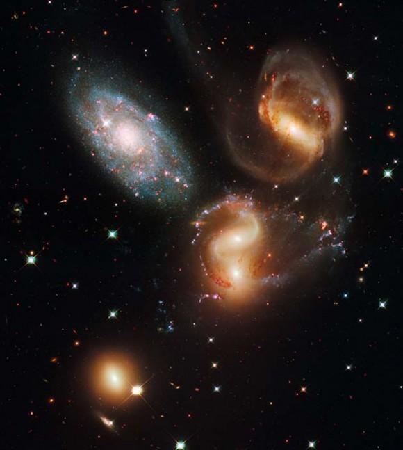 Foto: Esta imagen sin fecha suministrada por la NASA el miécoles 9 de septiembre del 2009, captada desde el telescopio espacial Hubble, muestra un quinteto galáctico que va desde estrellas azules jóvenes hasta estrellas rojas viejas (AP Foto/NASA)