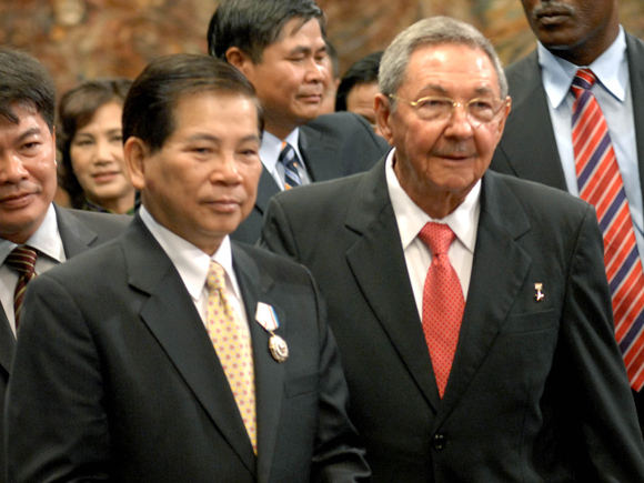 """Impone Raúl Castro orden """"José Martí"""" al presidente de Viet Nam"""