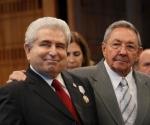 Raúl Castro condecora a presidente chipriota con orden José Martí