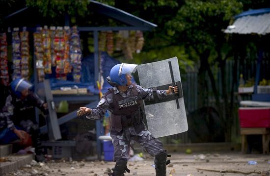 policia-lanza-bomba-lagrimógena