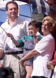 Ileana Ros (la Loba Feroz) y Linconl Díaz Balart (otro que debe estar al aullar contra AI) en un acto para celebrar el secuestro del niño Elián González, en Miami, 6 de enero del 2000.