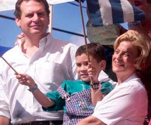 """Cuando algunos se afanaban en evitar a toda costa el regreso del niño Elián González junto a su padre en Cuba, la congresista Ileana Ros-Lehtinen envolvió al pequeño de apenas seis años en la bandera norteamericana ante las televisiones de Miami reclamando su permanencia en el """"país de la libertad"""".  Más de diez años después, los niños de la Compañía teatral cubana """"La Colmenita"""", que se encuentran realizando una gira por Estados Unidos, han motivado a Ros-Lehtinen -ahora presidenta del Comité de Relaciones Exteriores del Congreso norteamericano- a dirigirse a la Secretaria de Estado Hillary Clinton, cuestionando el otorgamiento de visas a estos infantes cubanos"""