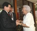 El presidente de Viet Nam, Nguyen Minh (izq.), quien llego a la Habana, Cuba el 26 de septiembre de 2009 en visita oficial de cuatro dias, tiene un encuentro con la heroína del Moncada Melba Hernandez el 27 de septiembre de 2009. AIN FOTO/Nguye