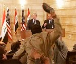 Muntazer Al Zaidi lanza el zapatazo Bush