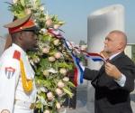 Stjepan Mesic, Presidente de la República de Croacia, acompañádo del Vicecanciller cubano Dagoberto Rodriguez, depositó una ofrenda floral, el 17 de Septiembre de 2009, ante el monumento al Apostol cubano, José Martí, en el Memorial que lleva su nombre, AIN FOTO/Oriol de la Cruz