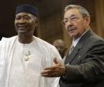 El presidente de Cuba, Raúl Castro, recibió hoy aquí la Orden Nacional de Malí, grado Gran Cruz, impuesta por Amadou Toumani Touré, mandatario de esa nación africana.