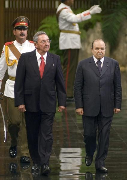 El General de Ejército Raúl Castro Ruz (Izq), Presidente de los Consejos de Estado y de Ministros de Cuba, encabezó el recibimiento oficial a Abdelaziz Bouteflika (Der), Presidente de la República Argelina Democrática y Popular, en el Palacio de la Revolución, en Ciudad de La Habana, el 29 de Septiembre de 2009. AIN FOTO/Sergio Abel REYES