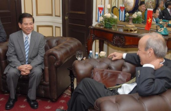Ricardo Alarcón, Presidente de la Asamblea Nacional del Poder Popular, se reunió el 28 de Septiembre de 2009, en el Hotel Nacional en esta capital, con Nguyen Minh Triet, Presidente de la Republica Socialista de Vietnam, ocasión en la cual se evidenciaron los fraternales lazos de ambos países. Foto: AIN, Oriol de la Cruz.