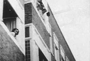 Ana Frank asomada a la ventana de su cada. (Foto tomada de Youtube)