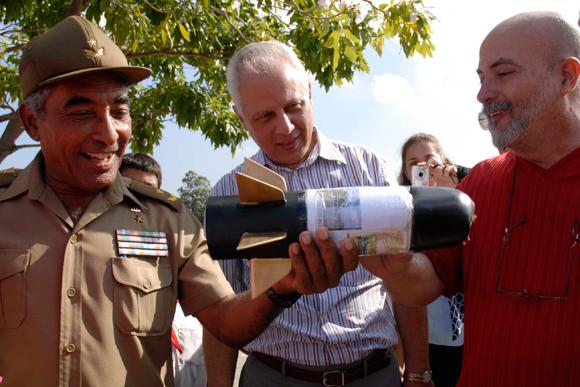 El General de brigada Arnaldo Tamayo Méndez (I), primer cosmonauta de América Latina y el Caribe observa el cohete, realizado por estudiantes y profesores del Instituto Superior de Diseño Industrial, antes de ser lanzado