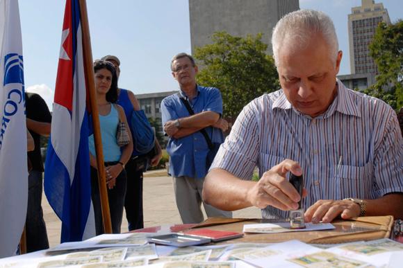 Ramón Linares, viceministro primero del Ministerio de la Informática y las Comunicaciones (MIC) realiza la cancelación de un sello postal