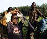 Samy Sery, de 7 años, trabaja en una plantación de Cacao en el pueblo de L'Ssiri. Sami no va a la escuela.