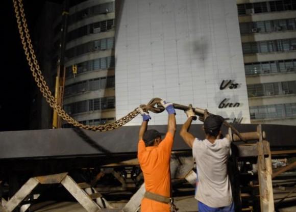 Prueba del izaje de la imagen de Camilo Cienfuegos, el 26 de Octubre de 2009, en el edificio del Ministerio de Informática y Comunicaciones en la Plaza de la Revolución José Martí en la Habana, Cuba. AIN FOTO/Roberto MOREJON.