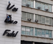 Colocación de la frase que acompañara la imagen de Camilo Cienfuegos, el 26 de Octubre de 2009, en el edificio del Ministerio de Informática y Comunicaciones en la Plaza de la Revolución José Martí en la Habana, Cuba.